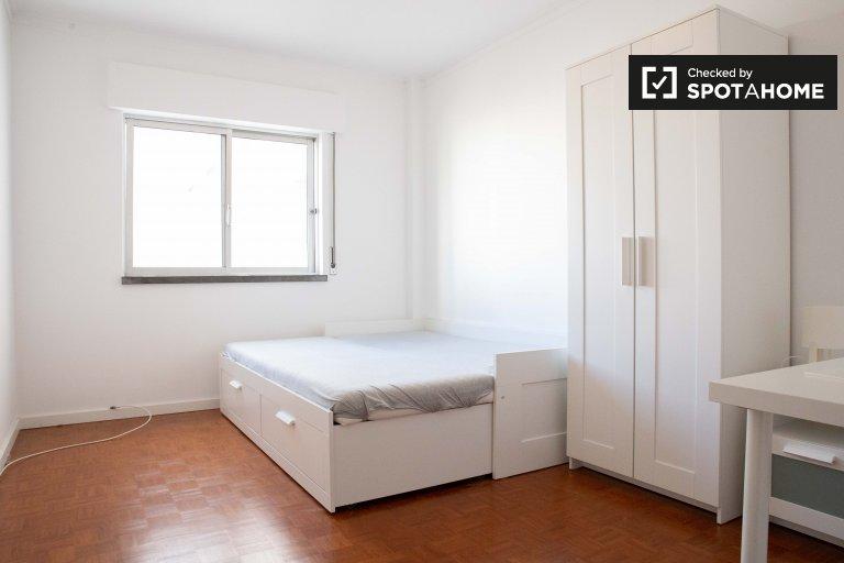 Lizbon'da Linda-a-Velha'da 4 yatak odalı dairede oda.