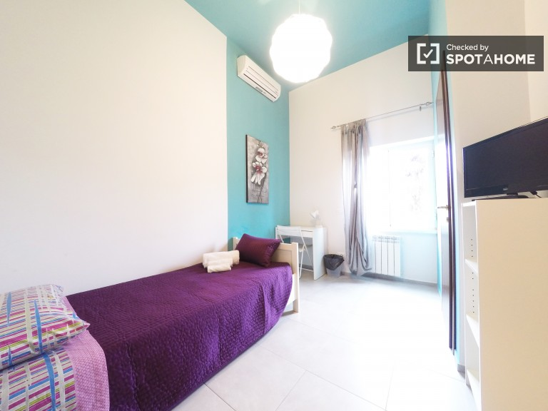 Ensuite room in 4-bedroom apartment, San Lorenzo, Rome