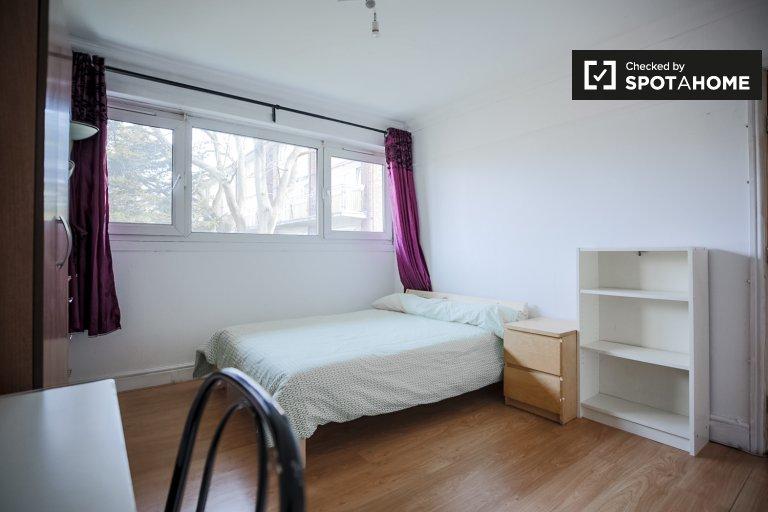 Umeblowany pokój do wynajęcia w 4-pokojowym mieszkaniu w Newham w Londynie