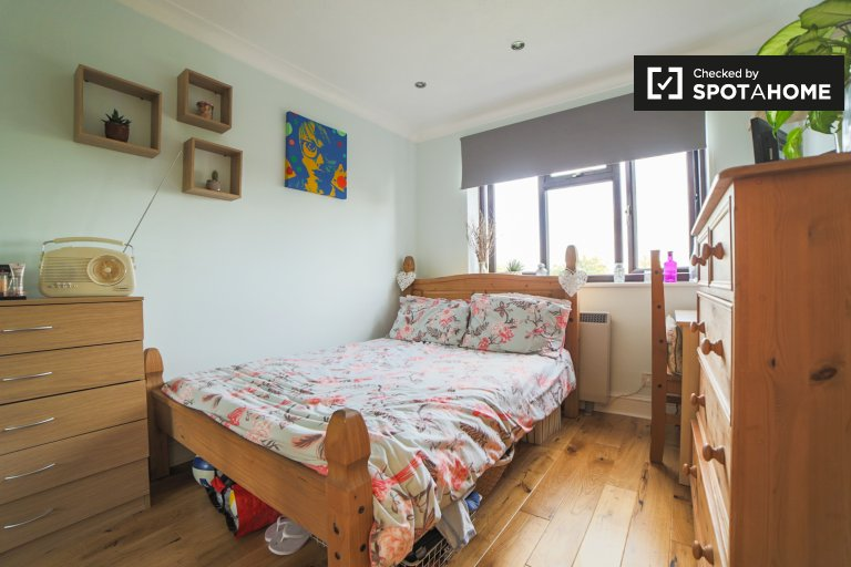 Tidy room to rent in 2-bedroom flat in Sydenham, London