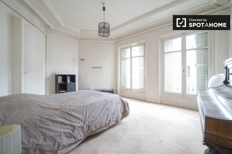 Double Bed in Rooms for rent in stylish 4-bedroom apartment in 9th arrondissement