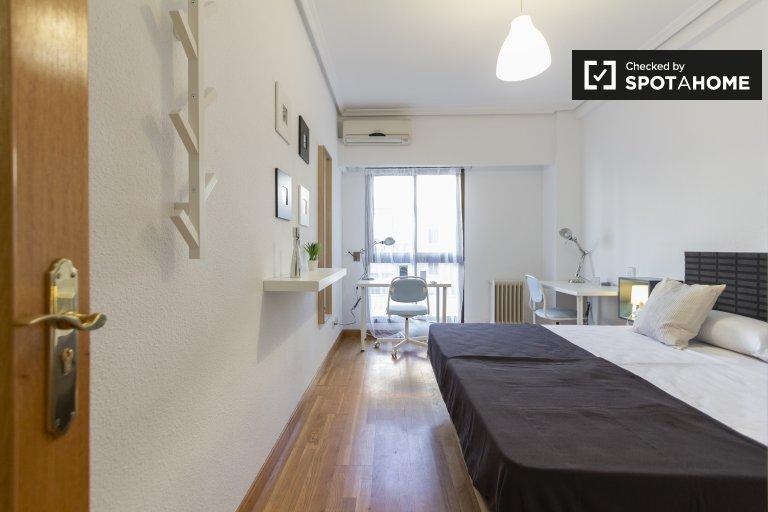 Spacious. room in 5-bedroom apartment in Delicias, Madrid