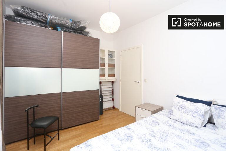 Double Bed in Furnished room for rent in a 2-bedroom apartment with central heating in Saint Josse