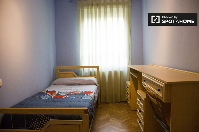 Acogedora habitación en apartamento de 3 dormitorios en Villaverde, Madrid.