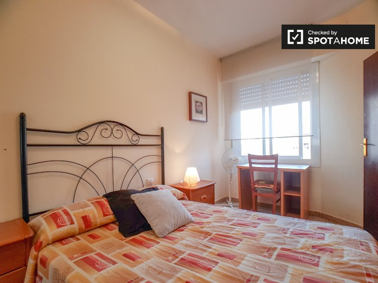 Room for rent in comfortable 3-bedroom flat in Les Corts