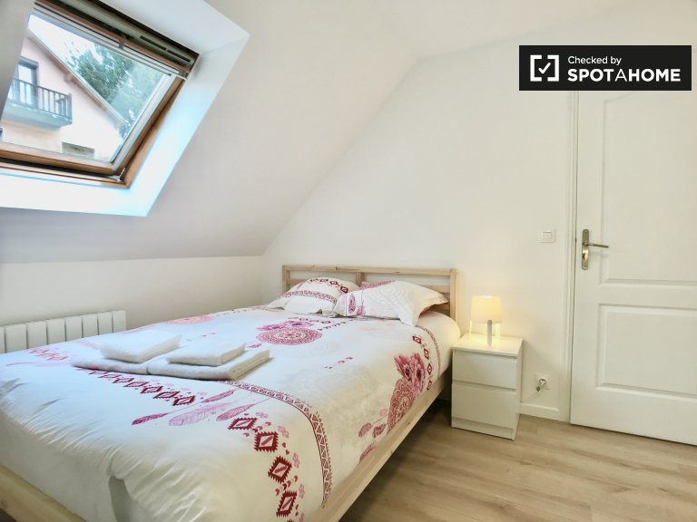 Chic room for rent in 5-bedroom house in Pantin, Paris