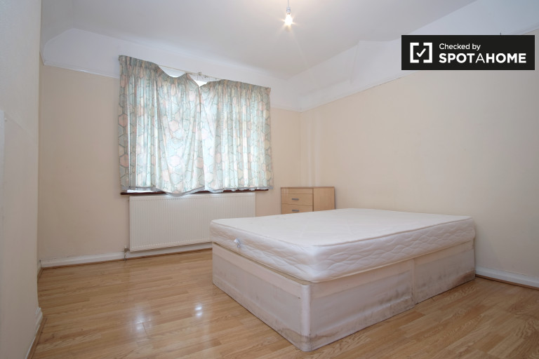 Double Bed in spacious rooms for rent - Brent, London