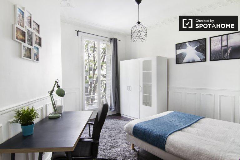 Chambre avec balcon dans un appartement de 3 chambres dans le 20ème arrondissement
