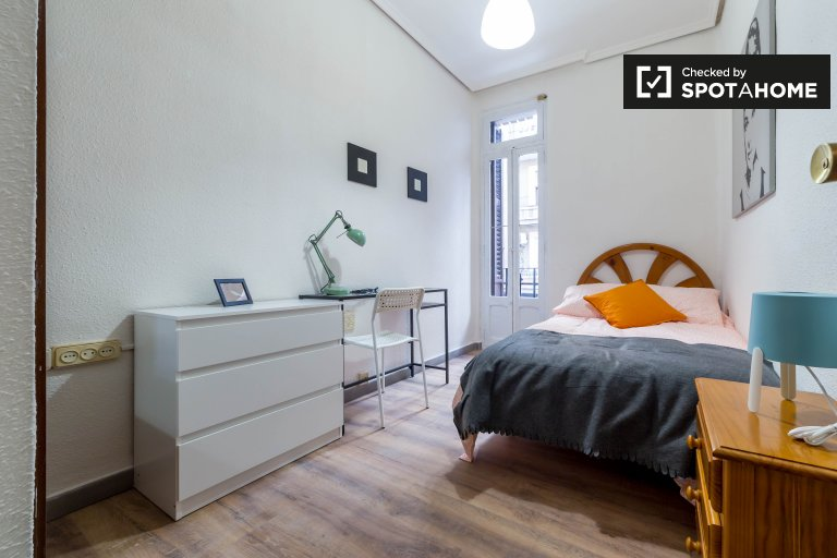 Room for rent in 4-bedroom apartment in L'Eixample, Valencia