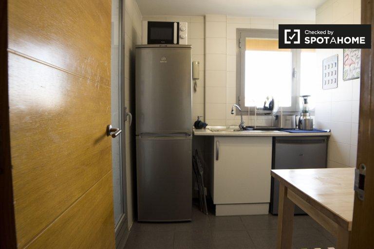 Se alquila habitación en apartamento de 3 dormitorios en Carabanchel, Madrid