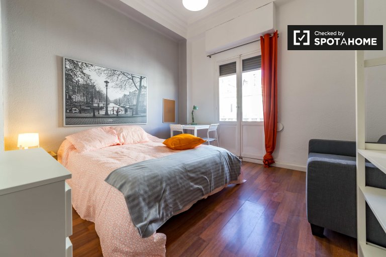 Umeblowany pokój w 5-pokojowym mieszkaniu Ciutat Vella Valencia