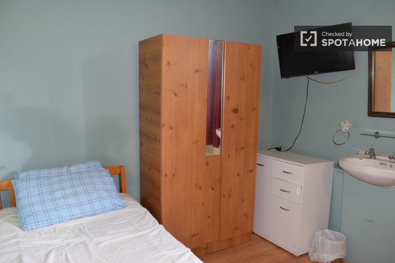 Bedroom 18 with double, single and bunk beds