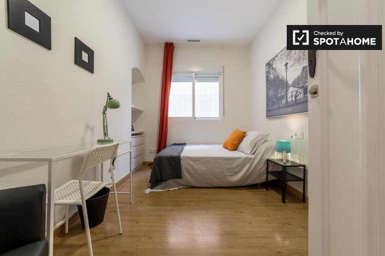 Rooms for rent in 6 bedroom apartment in Extramurs, Valencia