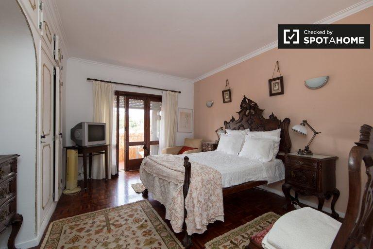 Pokój z łazienką w domu z 4 sypialniami w Parede