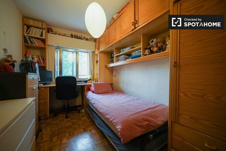 Gemütliches Zimmer zu vermieten in Lucero, Madrid