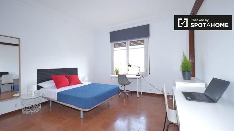 Room to rent in 7-bed apartment in elegant Eixample Esquerra