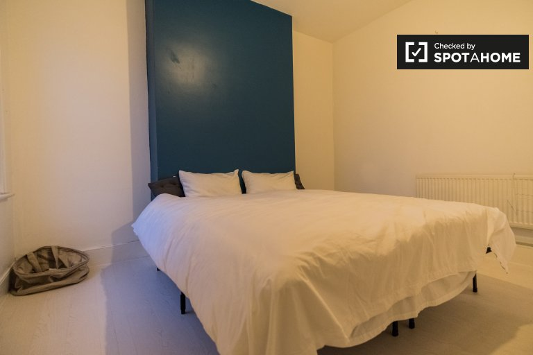 Cozy room to rent in 2-bedroom flat, Church End & Roundwood
