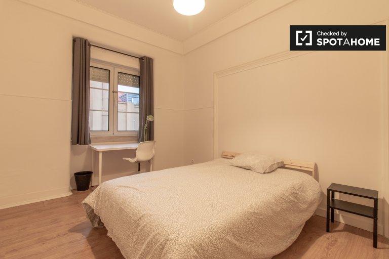 Espaçoso quarto em apartamento de 8 quartos no Areeiro, Lisboa