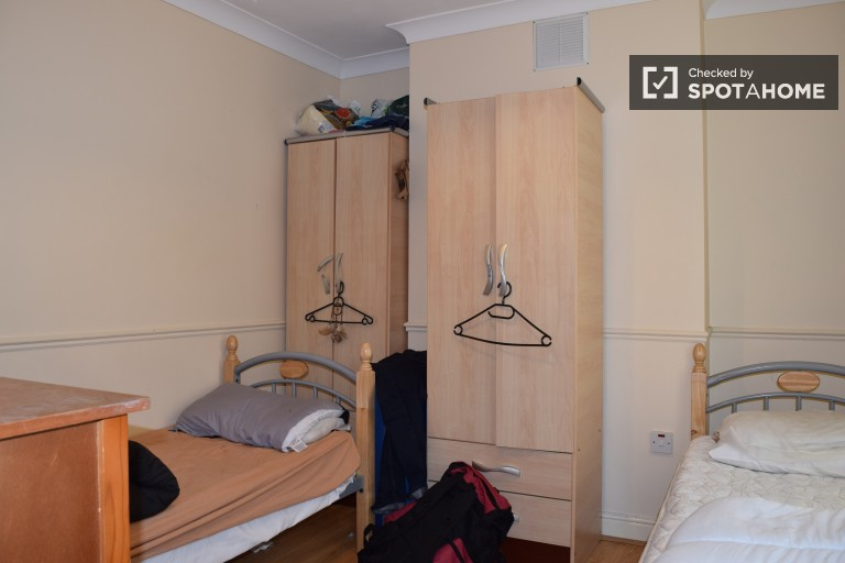 Twin Beds in Beds to rent in sunny house with dryer in Stoneybatter area