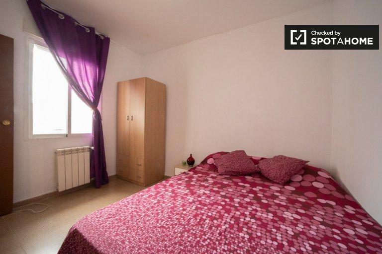 Amplia habitación en apartamento de 2 dormitorios en Villaverde, Madrid.