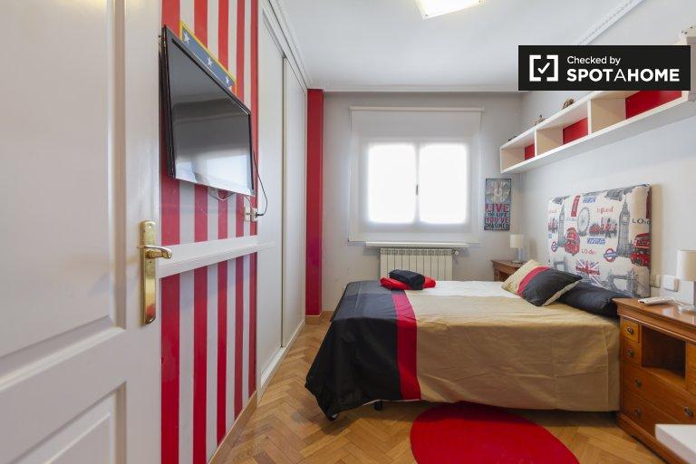 Przytulny pokój w apartamencie z 3 sypialniami w Chamartín, Madryt