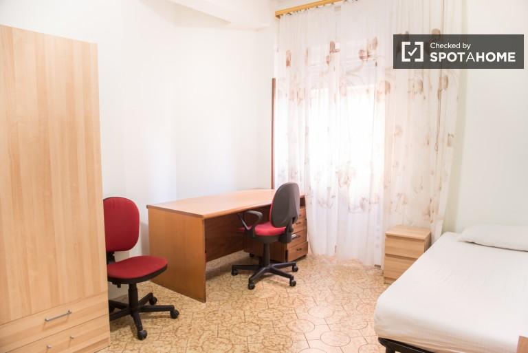 Grande chambre dans un appartement de 4 chambres à Tuscolano, Rome