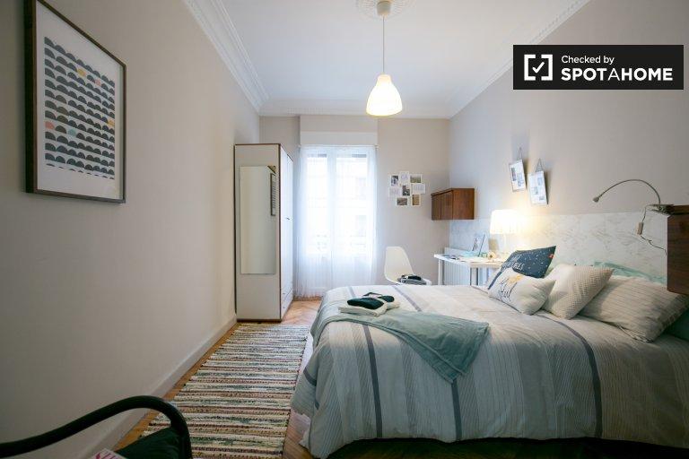 Bright room for rent 4-bedroom apartment in Deusto, Bilbao
