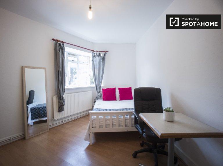 Umeblowany pokój w 7-pokojowym mieszkaniu w Tower Hamlets