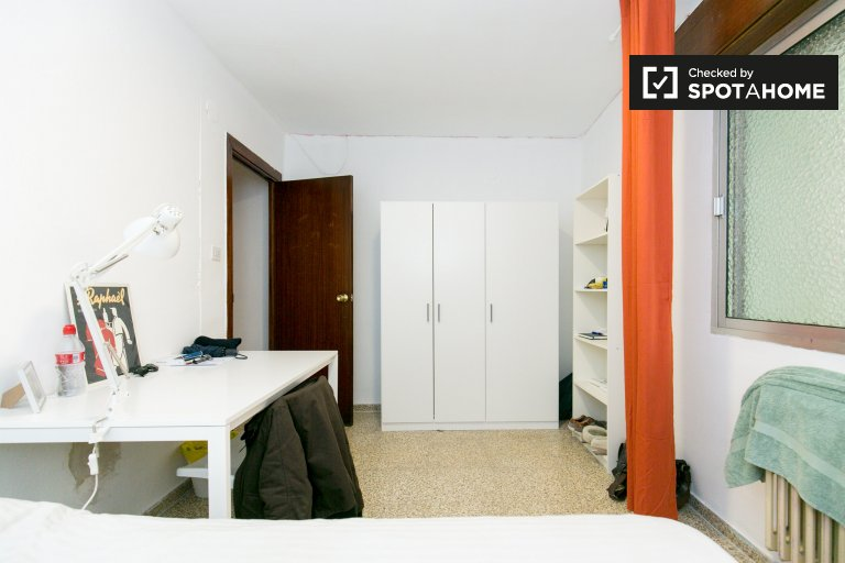 Large room for rent in Granada Centro