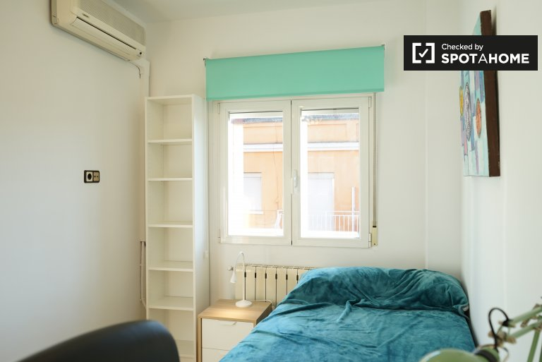Room to rent in 4-bed apartment, relaxed Puente de Vallecas