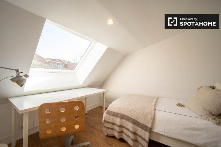 Se alquila habitación individual, casa de 6 dormitorios, Valdezarza, Madrid