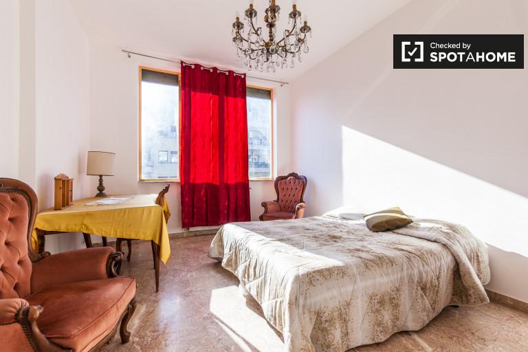 Habitación amueblada con escritorio en el apartamento en Libia, Roma