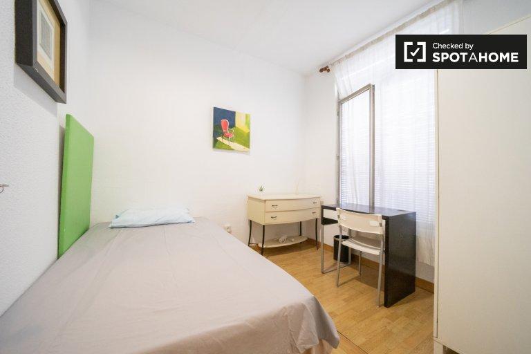 Relaxante quarto em apartamento de 10 quartos em Guindalera, Madrid