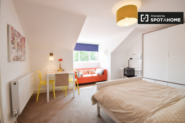 Double Bed in Rooms available to rent in 9-bedroom shared house, Penge