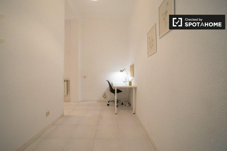 Acogedora habitación en apartamento de 11 habitaciones en Malasaña, Madrid.