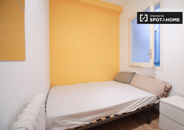 Sunny room in 4-bedroom apartment in Gràcia, Barcelona