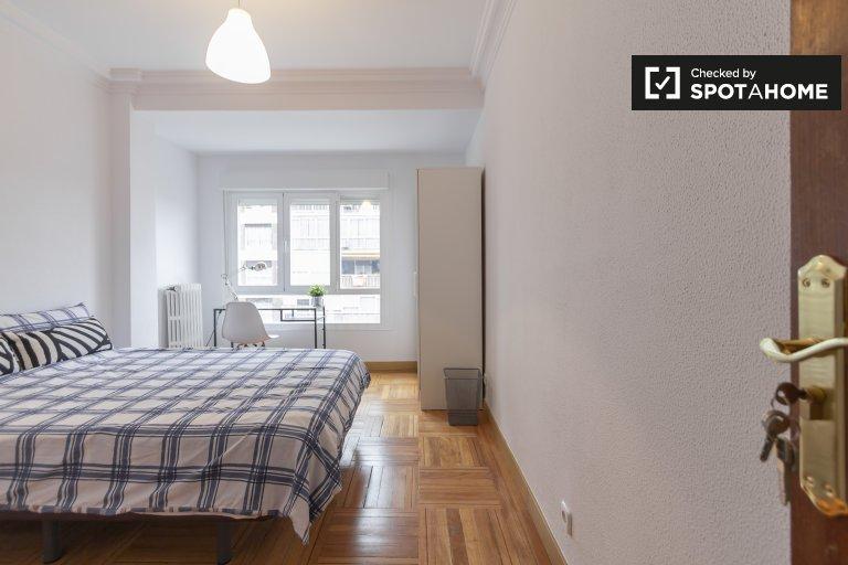 Moderna habitación en alquiler en apartamento de 5 dormitorios en Chamartín.
