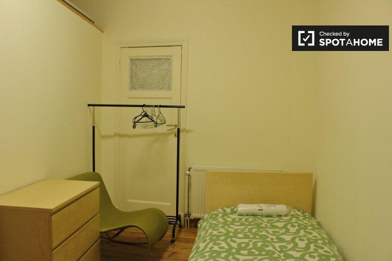 Clean room for rent in 11-bedroom house in Etterbeek