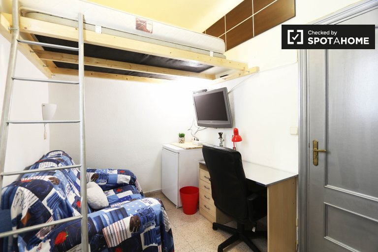 Furnished room in 2-bedroom apartment in Delicias, Madrid