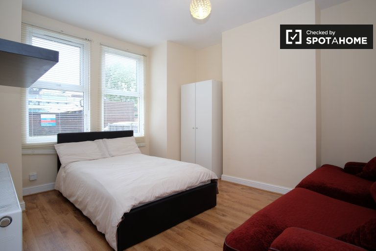 Double Bed in Spacious rooms for rent in 3-bedroom house near Tooting