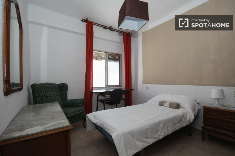 Single Bed in Three sunny bedrooms in a shared apartment close to Granada train station and university
