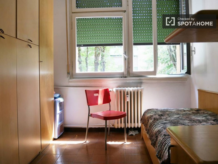 Sunny room for rent in apartment in Lodi, Milan