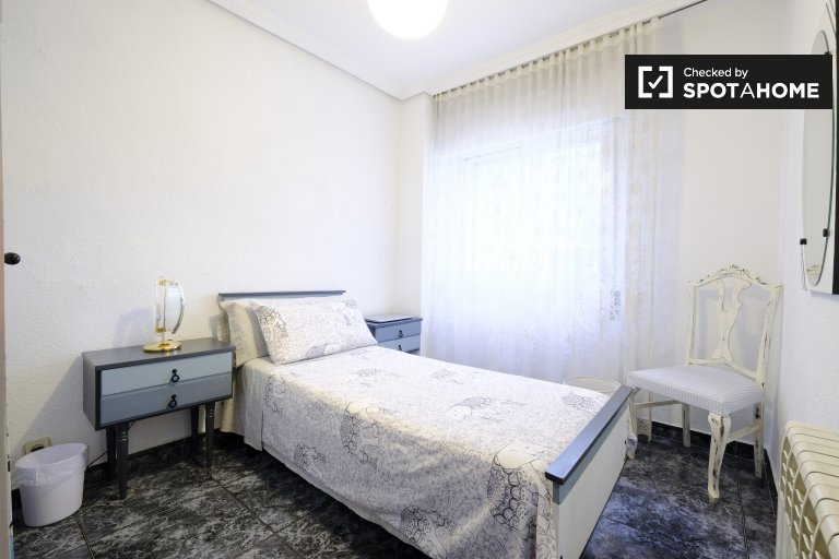 Jasny pokój do wynajęcia w apartamencie z 3 sypialniami, Leganés, Madryt