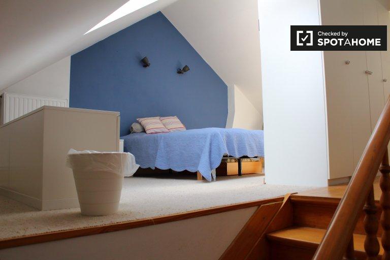 Spaziosa camera in casa con 3 camere da letto a Watermael-Boitfort