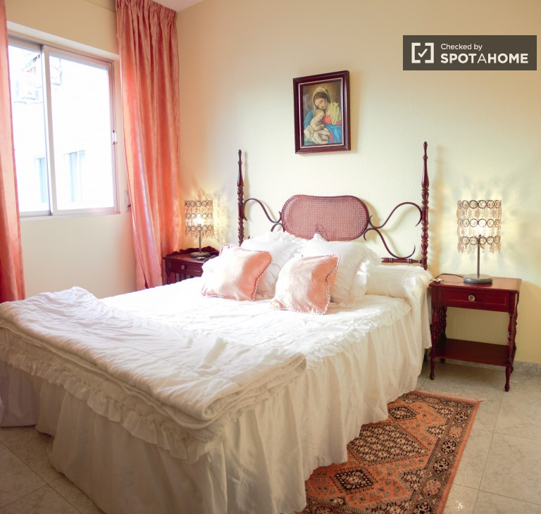 Sunny two bedroom apartment with two bathrooms for rent