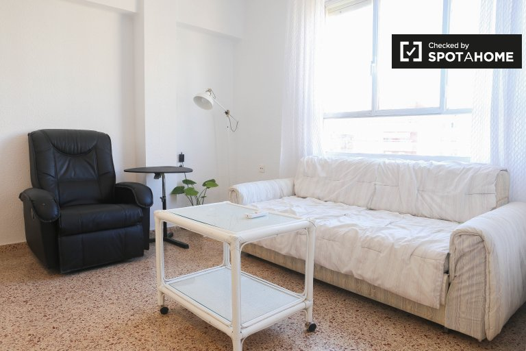 Modern 3-bedroom apartment for rent in Poblats Marítims, near the beach
