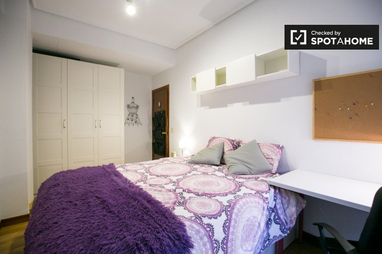 Spacious room in 3-bedroom apartment in Casco Viejo, Bilbao