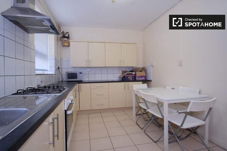 Central 5-bedroom flat to rent in Tower Hamlets
