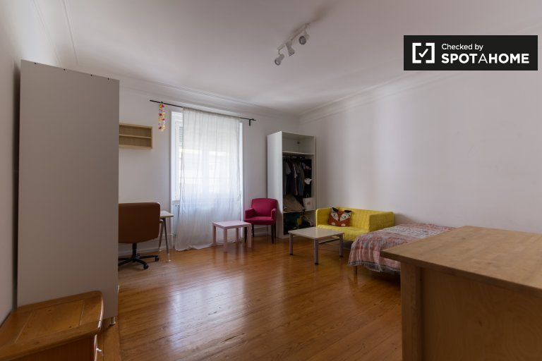 Double room for rent, 6 bedroom apartment, Areeiro