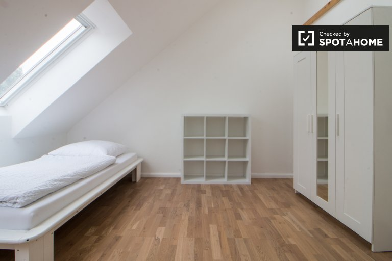 Single Bed in Modern and stunning 3-bedroom apartment for rent in Lankwitz